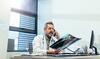Ärztliche Zweitmeinung: Arzt prüft Röntgenaufnahme