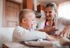 Pflegebedürftiges Kind backt mit Mutter