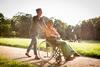 Pflegeversicherung: Frau schiebt ältere Frau im Rollstuhl