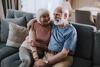 Älteres Paar umarmt sich auf dem Sofa