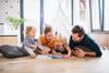 Familie mit zwei Kindern spielt gemeinsam