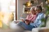 Älteres Paar mit Laptop auf dem Sofa