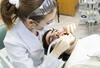 Frau erhält eine Zahnreinigung beim Zahnarzt