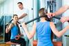 Physiotherapeut weist Patientin in eine Übung ein.