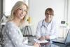 Frau wird von einer Ärztin beraten