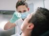 Mann bekommen eine Behandlung durch eine Zahnärztin