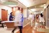 Ärzte und Schwestern auf einem Krankenhausflur