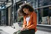Junge Frau lernt am Laptop für die Uni