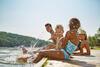 Auslandskrankenschutz: Familie im Sommer an einem See