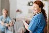 Häusliche-Krankenpflege: Pflegerin pflegt Patienten zuhause