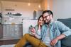 Paar schaut gemeinsam auf ein Smartphone.