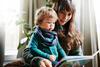 Mutter und Kind lesen ein Buch.