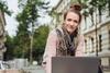 Junge Studentin am Laptop.