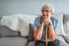 Rentnerin sitzt auf einem Sofa
