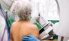 Frau bei einer Krebsfrüherkennungsuntersuchung.