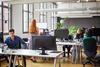 Menschen arbeiten in einem Büro.