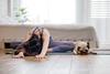 Junge Frau beim Yoga.