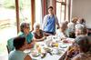 Seniorengruppe beim Essen im Heim.