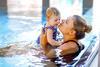 Mutter und Kind beim Schwimmen.