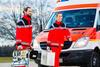Zwei Sanitäter vor einem Krankenwagen