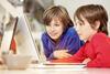 online-sehtraining-zwei kinder sitzen vor dem laptop und spielen