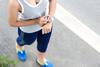 Junge Frau mit Fitnesstracker