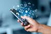 Digital Burnout: Person hält Smartphone in der Hand