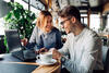 Mann und Frau sitzen zusammen vorm Laptop