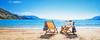 Zwei Sonnenstühle am Strand