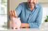 Mann wirft Münze in ein Sparschwein