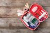 Notfallfoffer mit Pflaster, Schere, Verband, Tabletten