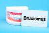 Gebiss mit Schild Bruxismus