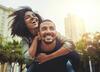 Junges Paar lacht in der Stadt