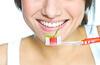 Frau mit Zahnbürste in der Hand