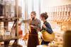 Existenzgründer: Junge Frau kauft Lebensmittel ein