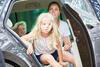 Mutter und Kind sitzen zusammen im Auto