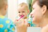 Kleinkind putzt mit Mutter die Zähne
