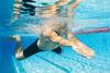 Mann beim Brustschwimmen