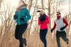 Gruppe von Menschen joggt.