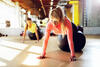 Frauen machen Sport auf Gymnastikbällen.