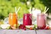 Verschiedene gesunde Säfte und Smoothies