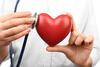 Arzt mit Herz-Figur in der Hand