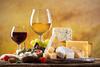 Wein und Käse auf einem Tablett angerichtet
