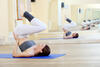 Frau macht Sport im Fitnessstudio.