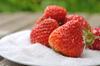 Erdbeeren liegen auf einer Schale mit Zucker