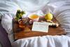 """Immunsystem stärken: Ein Tablett mit Tee, Ingwer, Honig, Zitroe und einem Schild, auf dem """"Gute Besserung"""" steht."""