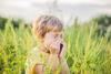 Junge steht niesend im Feld