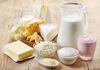 Käse, Milch und Butter nebeneinander auf einem Tisch