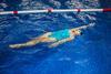 Frau beim Rückenschwimmen