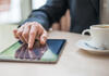 Arbeitgeber: Mann tippt auf Tablet